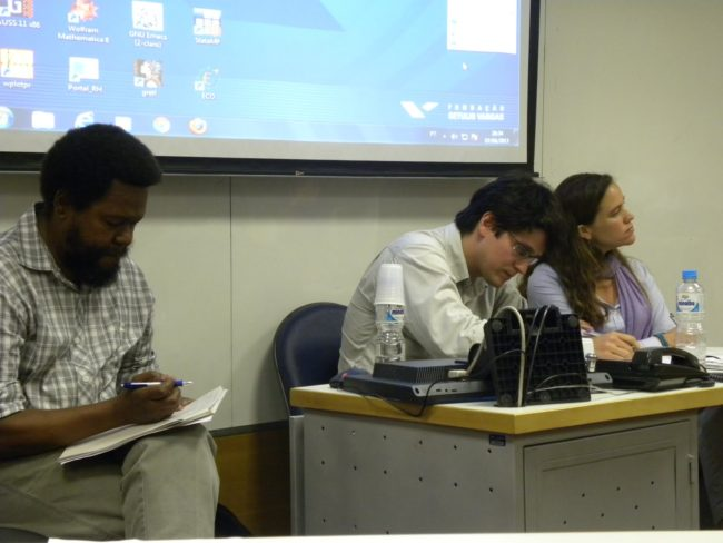 Itamar Silva, do Ibase, Rafael Soares, da PUC-Rio, e Theresa Williamson, da ComCat