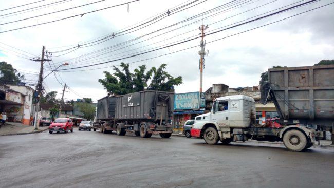 Cena rotineira: caminhões circulando pelas ruas de Jardim Gramacho